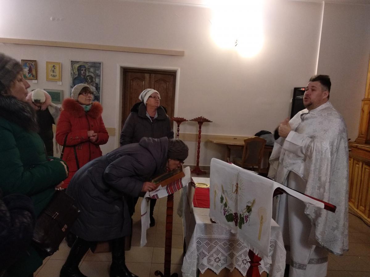 Після богослужіння люди залишаються поспілкуватися зі священиком, адже для більшості він – головне джерело новин / фото УНІАН