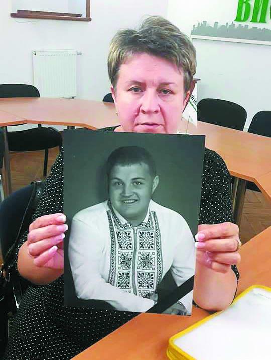 Пані Наталя каже, її сину наркотики підкинули... Фото автора