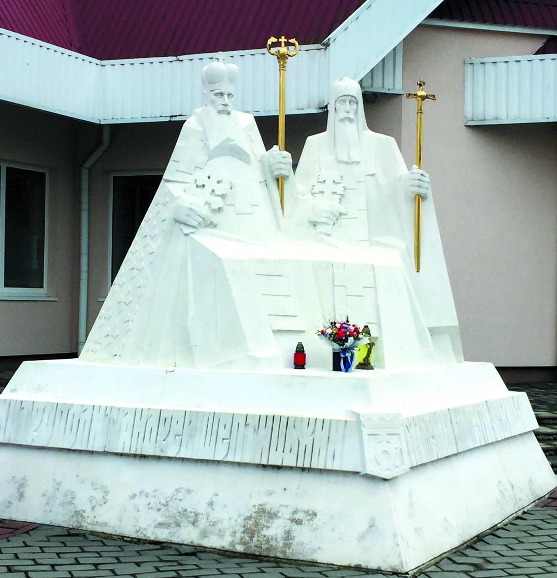 На подвір'ї церкви, яку прилбичани збудували на честь Митрополита, встановлено пам'ятник двом великим священникам, рідним братам – отцю Андрею та отцю Климентію Шептицьким.