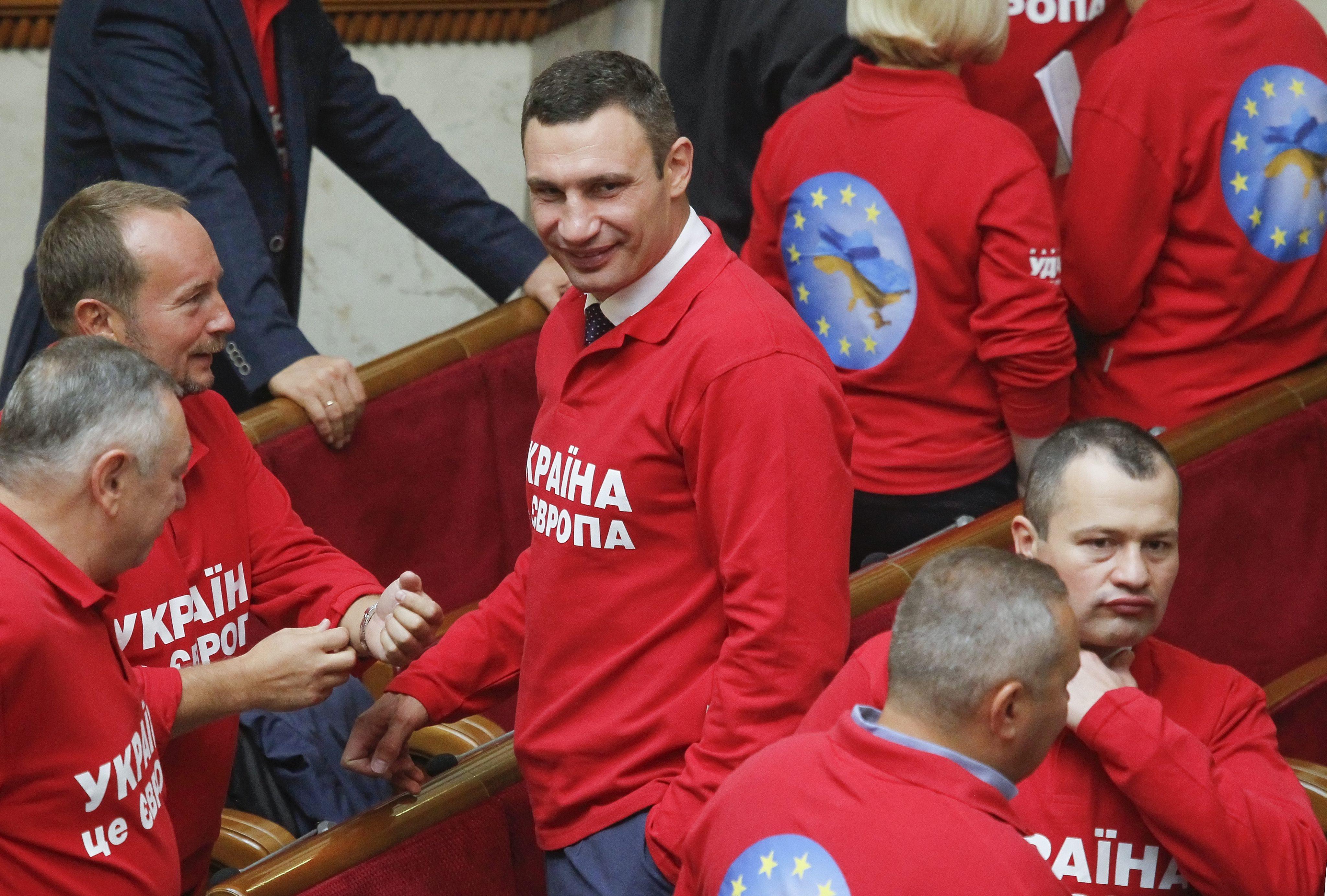 В залі зареєструвались 385 народних депутатів. На відкритті сесії також  присутні прем єр-міністр Микола Азаров 32c2ec9ad9ca1