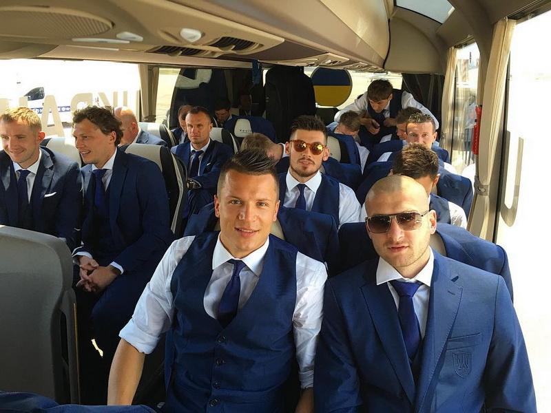 Збірна України з футболу прибула до Франції для участі в Євро-2016 ... 06bb7fea82145