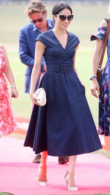 9477dd0b6a245 Свій образ герцогиня Сассекська доповнила нюдовими туфлями Aquazurra на  високих підборах, плетеною сумкою від J Crew в тон взуття, а також  сонцезахисними ...