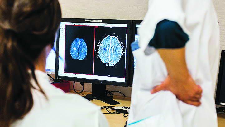 Коли стався інсульт, найважливіше – не втратити часу. При закупорці артерії можна протягом 3-4 годин ввести препарати, які здатні розчинити тромб. Фото: Getty Images
