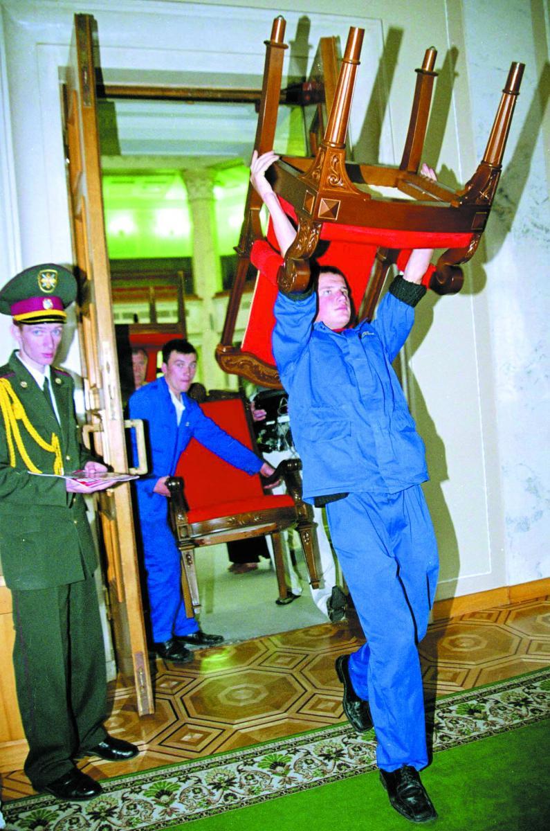 Першим ділом – парламентські крісла, а далі – урядові.Фото УНІАН