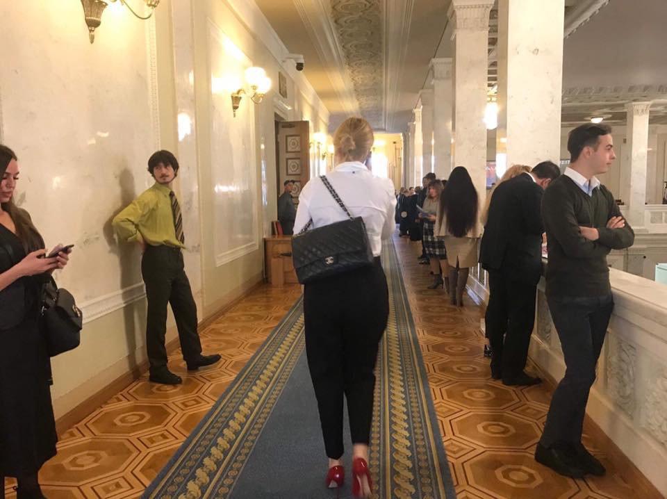 """""""Слуга народу"""" носить сумку за 170 тис. грн (фото)"""