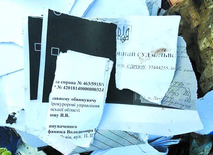 Фрагменти сміття, яке завезли зі Львова під райцентр на Тернопільщині