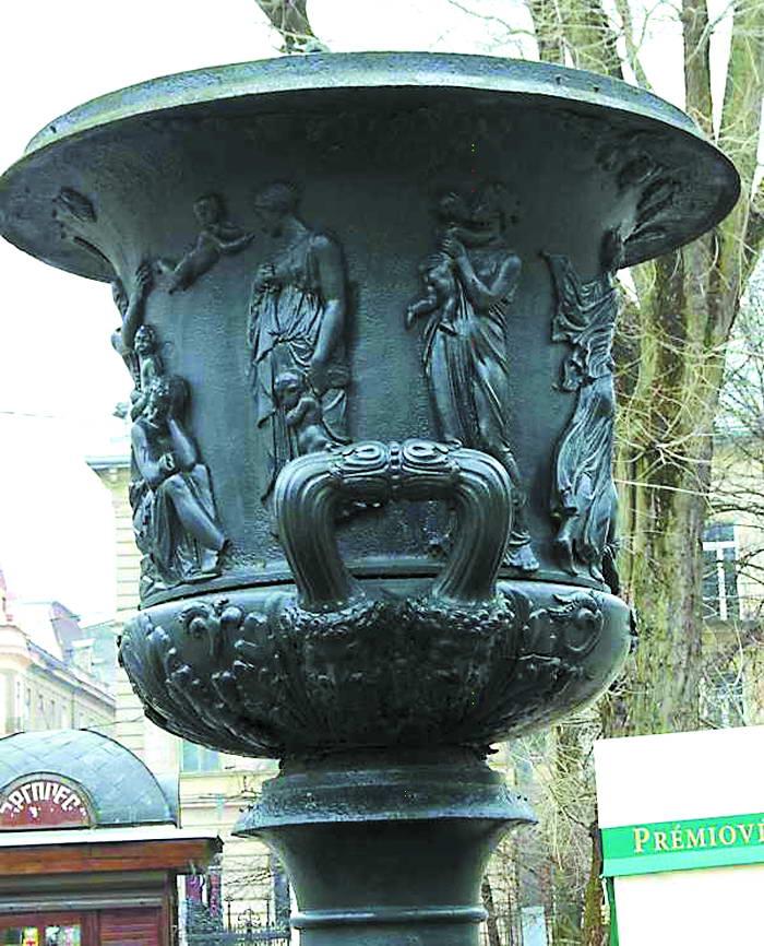 """Чавунна ваза з барельєфами """"Течія людського життя"""", запозиченими у Торвальдсена, стоїть у Парку ім. Івана Франка"""